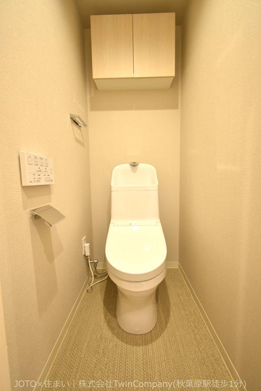快適な温水洗浄便座付きトイレ。便利な吊戸棚も備え付けています。