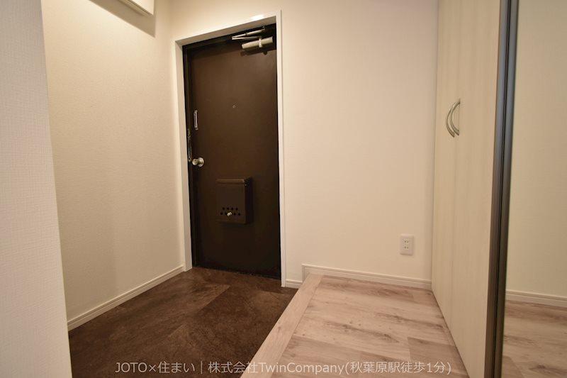 白を基調とした清潔感のある玄関。収納量豊富なシューズボックスですっきりとした印象になっています。