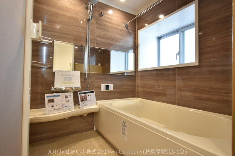 1616サイズの広い浴室。窓付きで換気に優れています