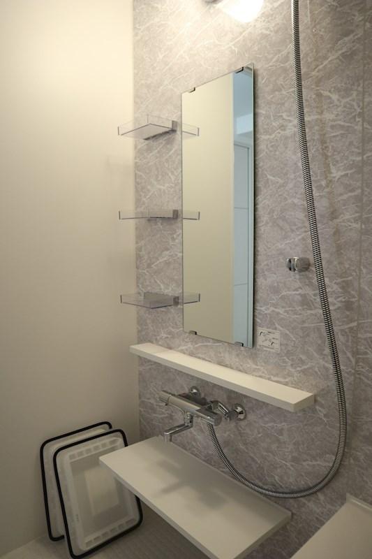 お風呂内の鏡下や横に棚があるため、シャンプーなどしっかり置いておけます。