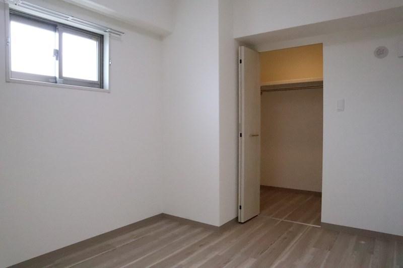 正方形寄りの洋室は、ベッドを置いても余裕ができ、使いやすいです。