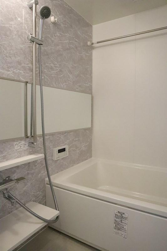 大きな鏡はバスルームに開放感を;与えます。