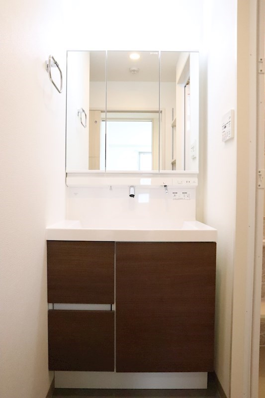 3面鏡の裏も収納になっている為、小物であふれがちな洗面台回りもスッキリです。