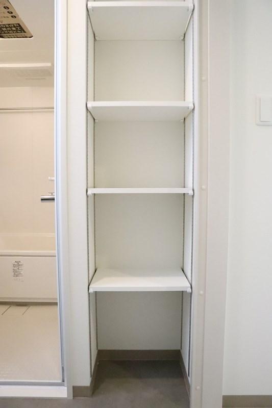 洗面所には収納棚があります。バスタオルや洗濯ものなど、かゆいところに手が届くようなスペースです。