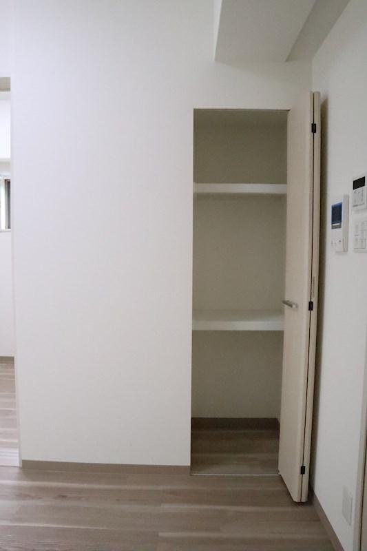 リビングに入ると、扉の裏に隠れ収納棚が。大事なものを隠すのに便利かもしれません。