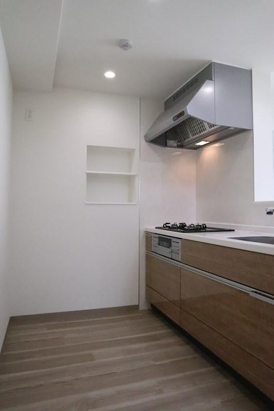 キッチン内には棚付きの小さなくぼみがあります。こういった棚が使ってみるととても便利なんです。