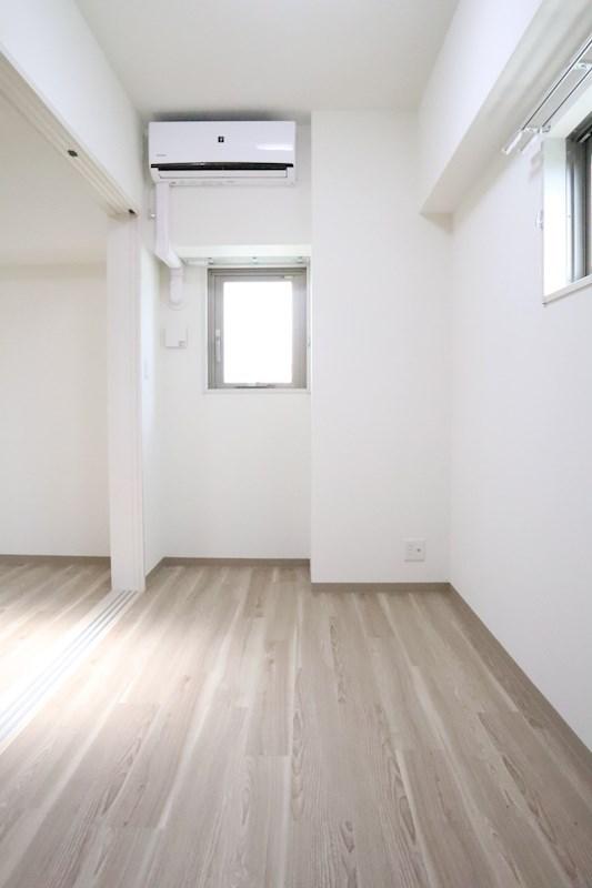 バルコニー側の洋室にはエアコンが付いており、入居時から快適に過ごせます。