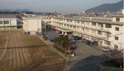 中学校:北九州市立曽根中学校 446m
