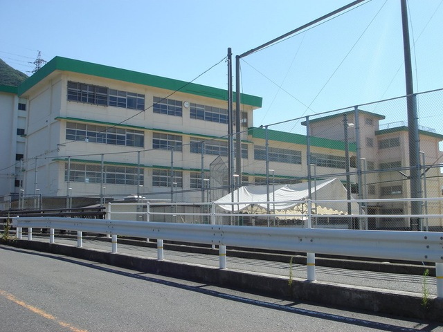 中学校:北九州市立戸ノ上中学校 1242m