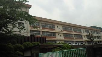 中学校:北九州市立緑丘中学校 1464m