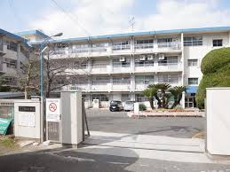 中学校:北九州市立霧ヶ丘中学校 729m
