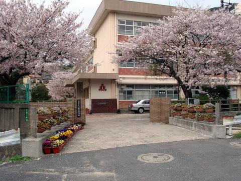 小学校:北九州市立小森江西小学校 623m