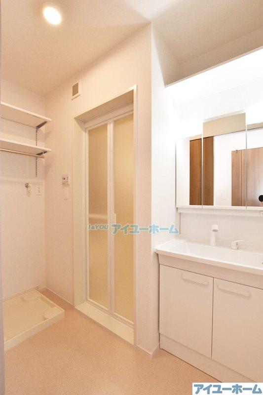 シャワー付き洗面台&室内洗濯機置き場