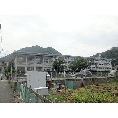 中学校:北九州市立富野中学校 527m