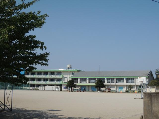 小学校:北九州市立上津役小学校 662m