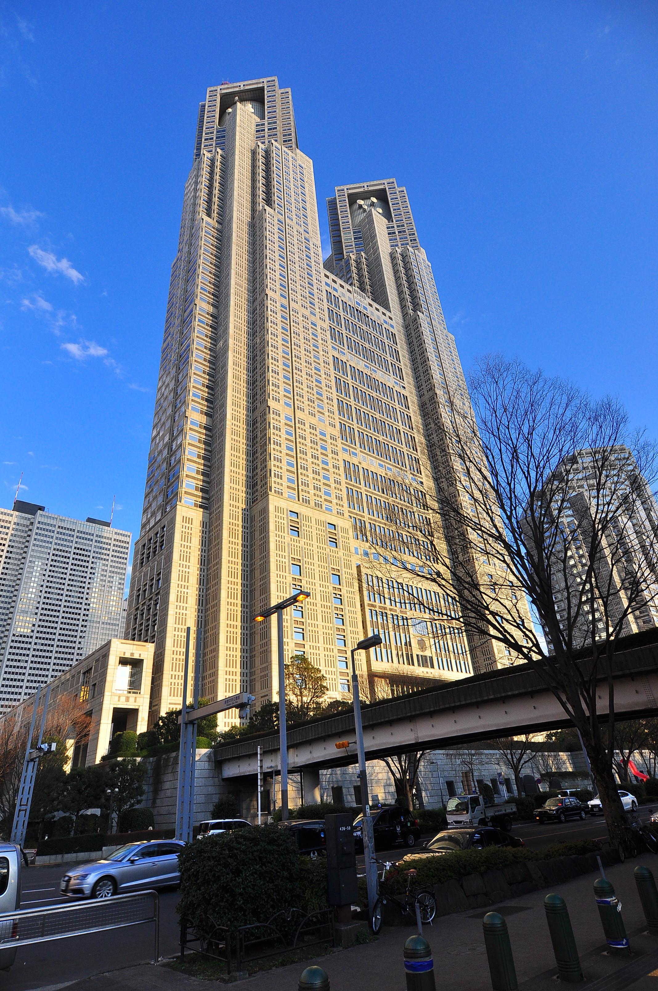 役所:東京都庁 810m